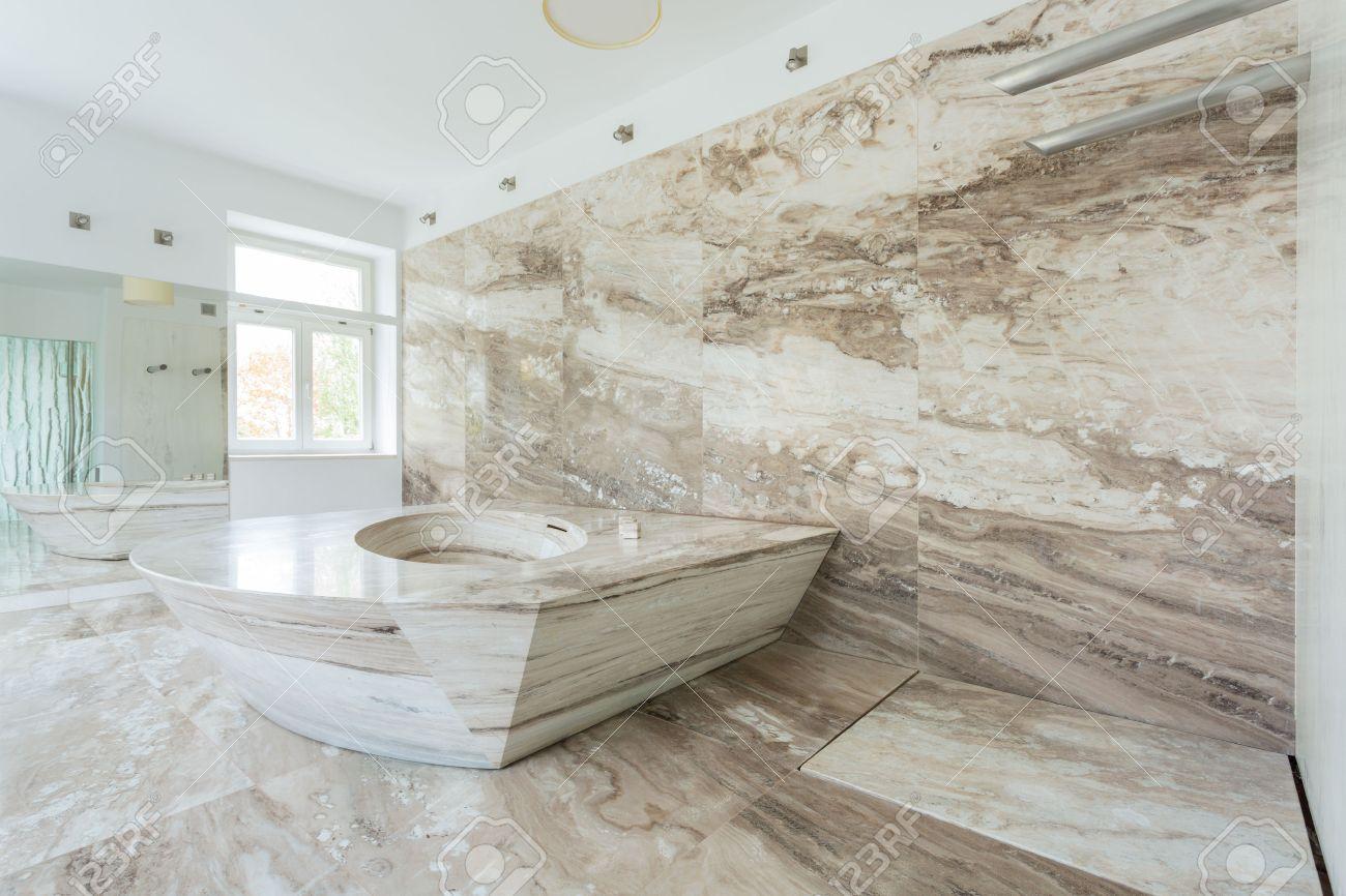 Intérieur de salle de bains de luxe avec des carreaux de marbre