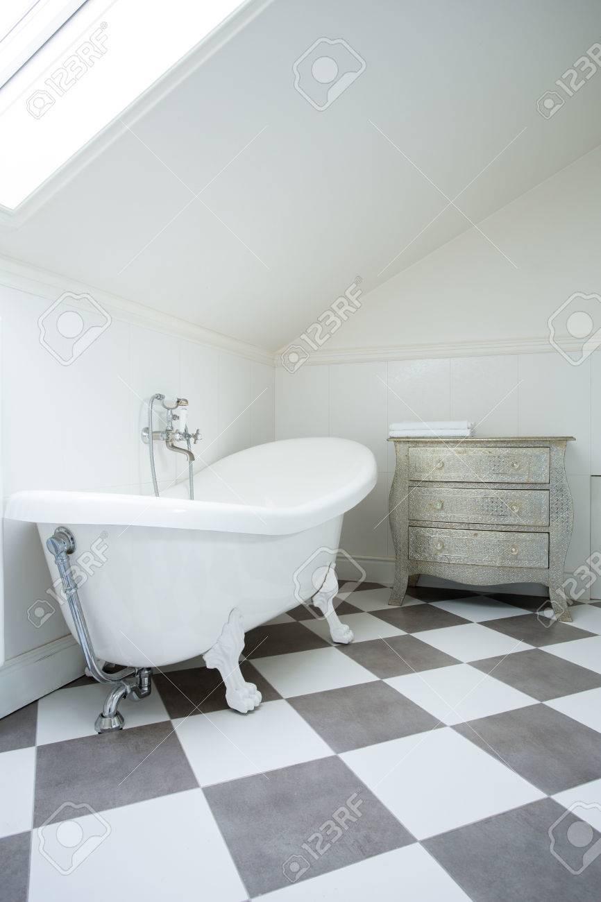 Standard Bild   Weiße Und Graue Fliesen In Modernem Bad
