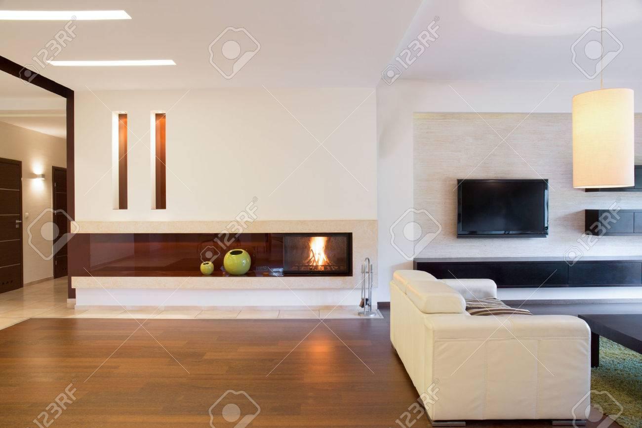 Blick Auf Offenes Wohnzimmer Mit Kamin Lizenzfreie Fotos Bilder