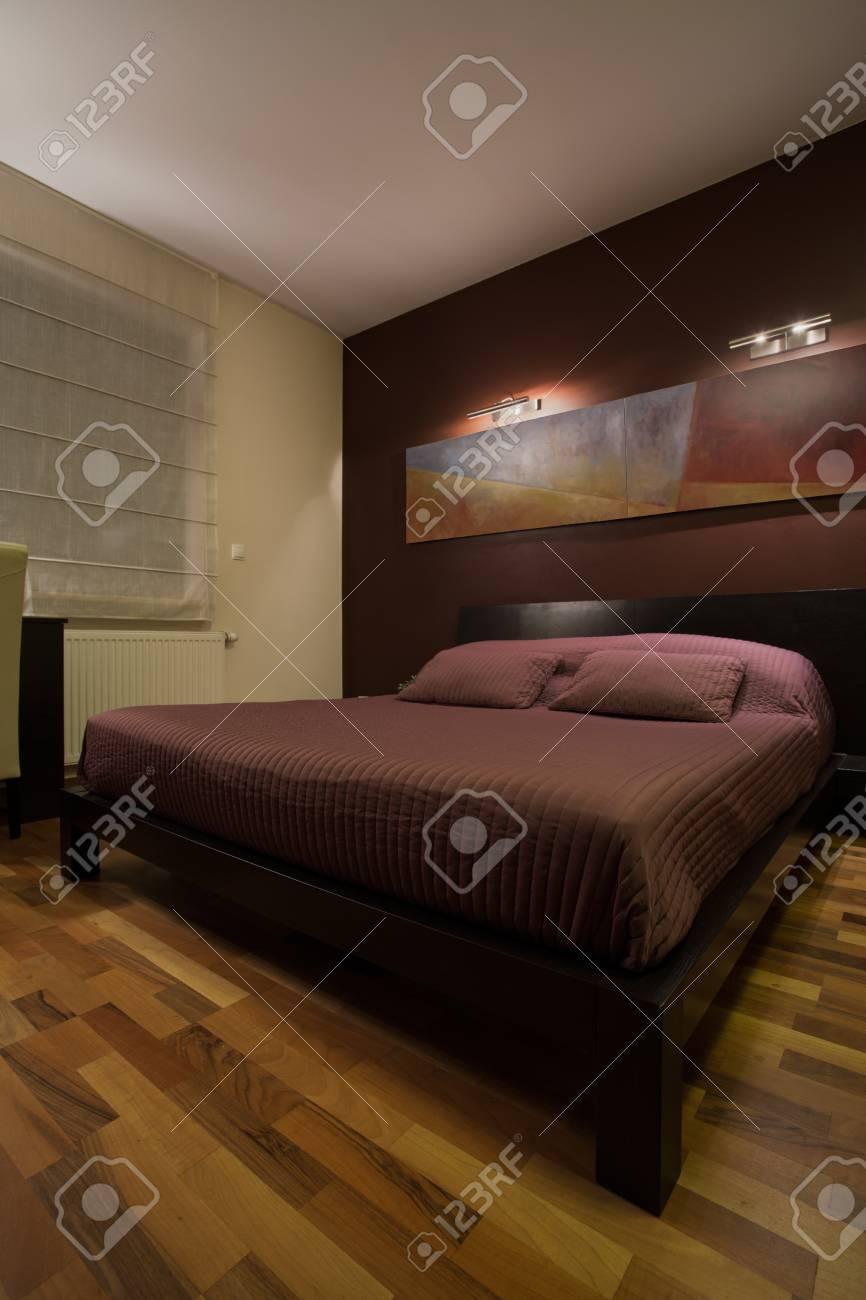 vue de chambre sombre avec un lit énorme banque d'images et photos