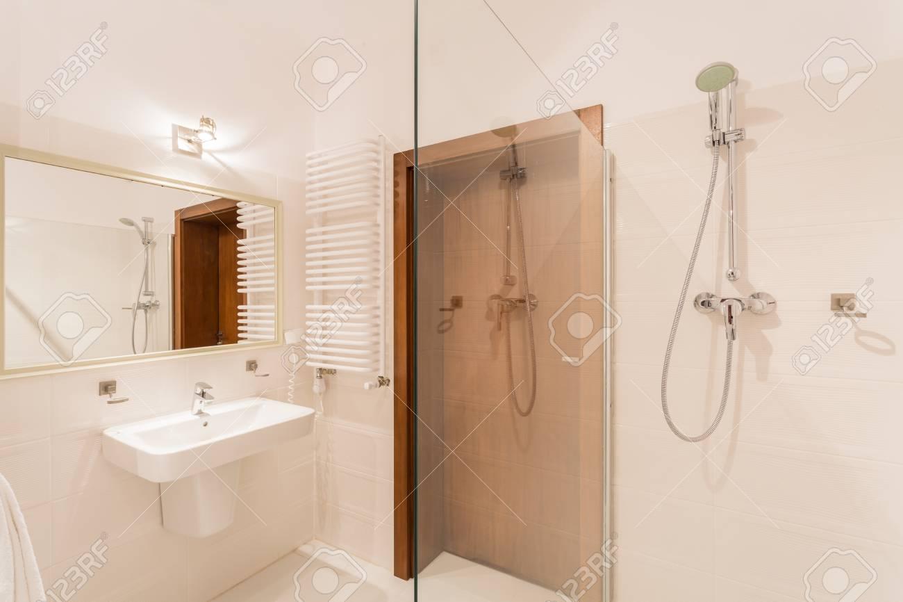 Primer Plano De La Ducha En Interior Moderno Cuarto De Baño Fotos ...