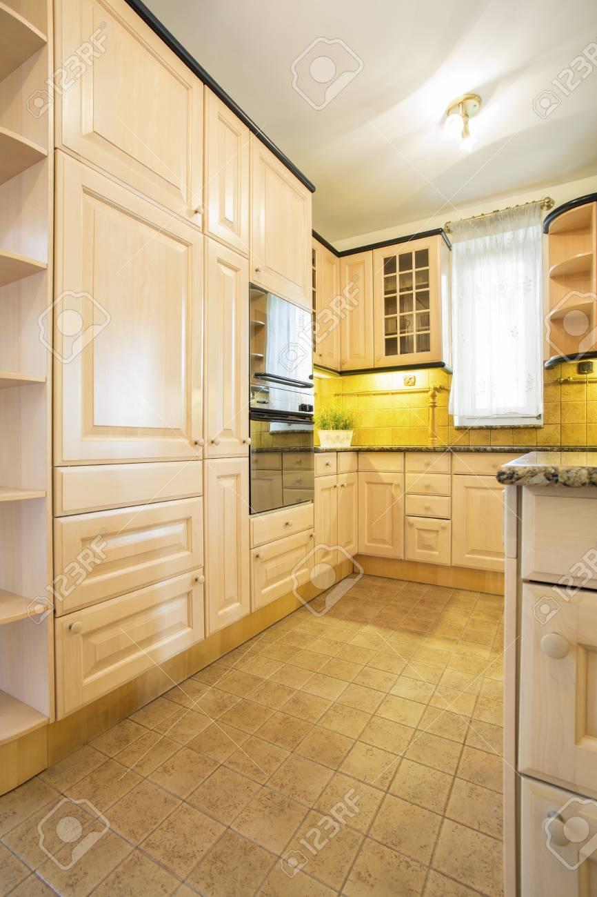 Vista De Muebles Clásicos En La Cocina Fotos, Retratos, Imágenes Y ...
