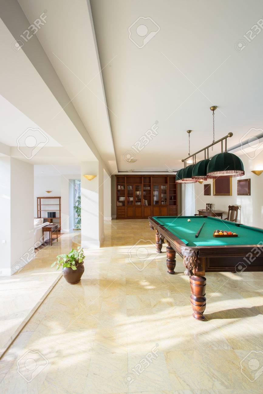 Tavoli Da Biliardo Per Casa.Vista Del Tavolo Da Biliardo Dentro Casa Moderna