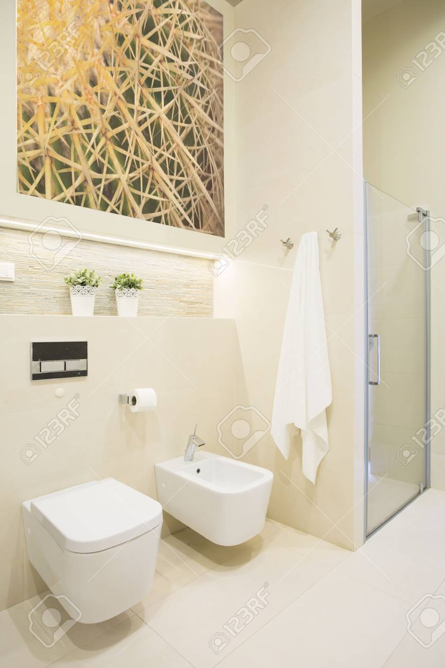 Dusche Mit Glastür Im Neuen Luxus-Badezimmer Lizenzfreie Fotos ...