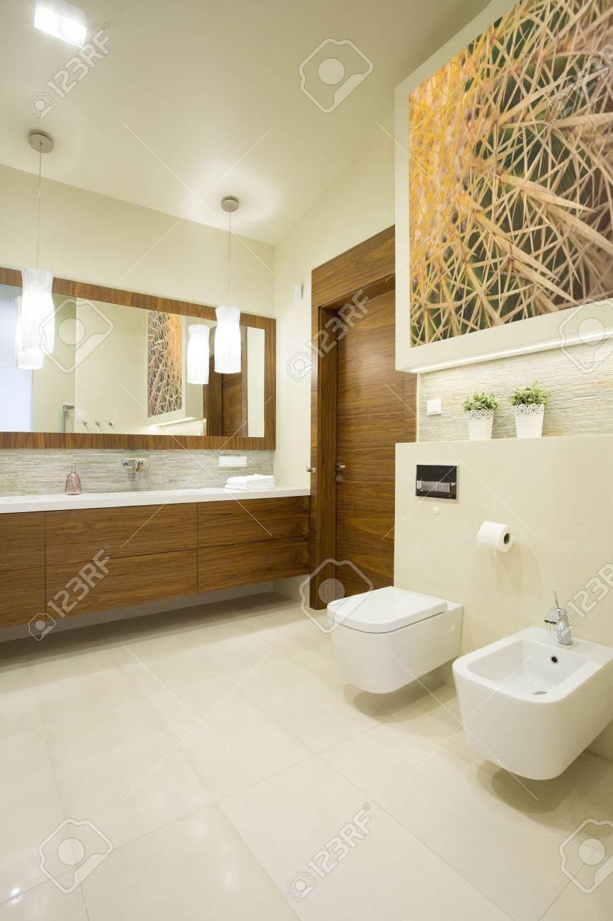 Imagen del nuevo cuarto de baño de lujo con suelos de mármol