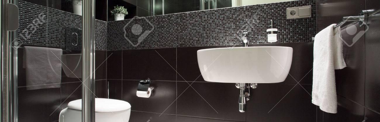 Blick Auf Schwarz-Weiß-Luxus-Badezimmer Lizenzfreie Fotos, Bilder ...   {Luxus badezimmer schwarz 32}