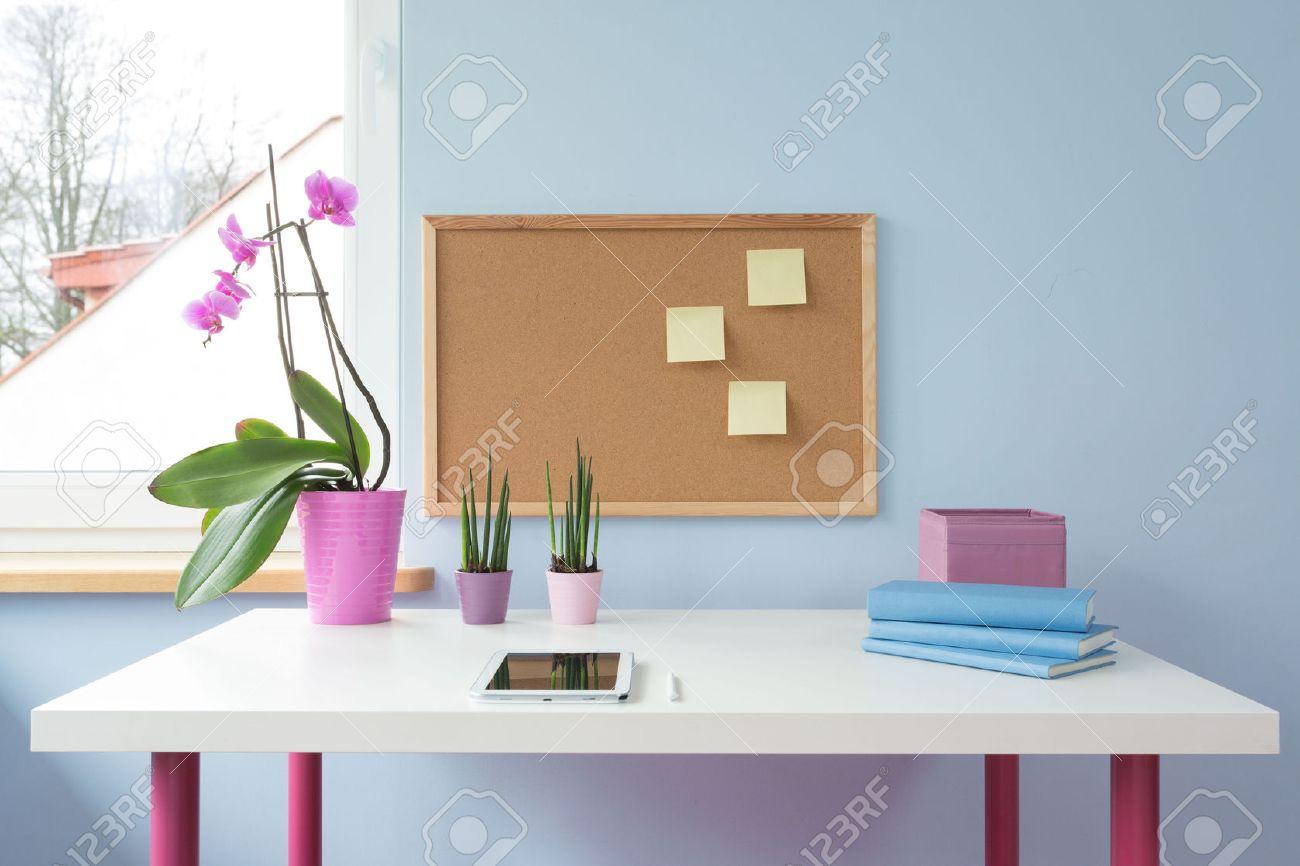 Cork carte ci dessus bureau blanc dans la salle d étude de fille