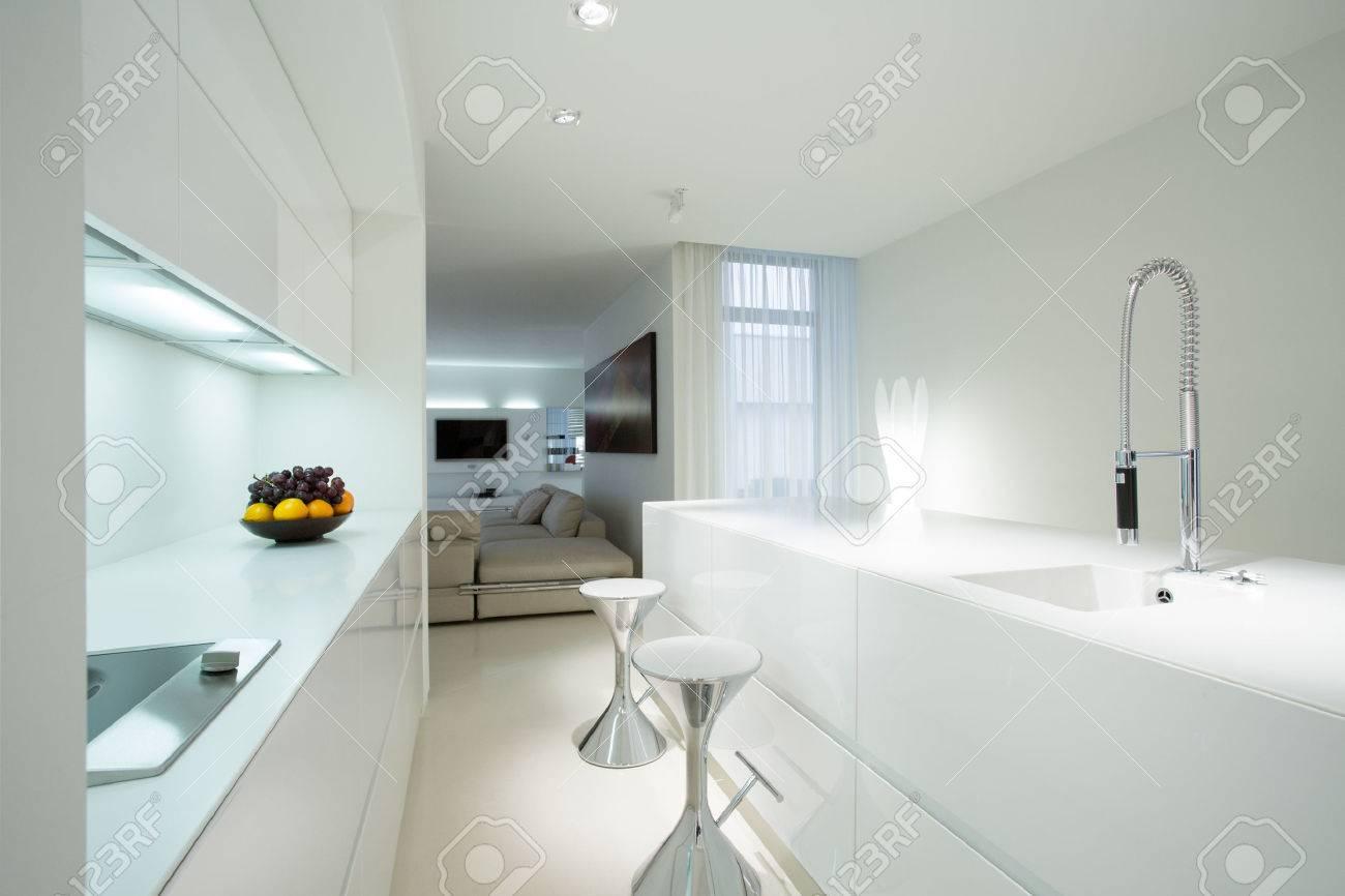Intérieur de la cuisine blanc dans maison contemporaine