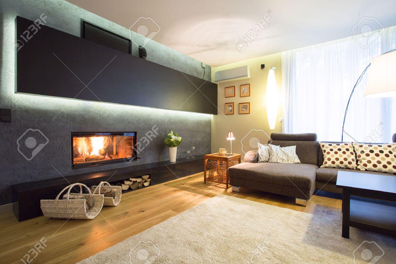 Cheminée moderne dans le confortable salon de luxe