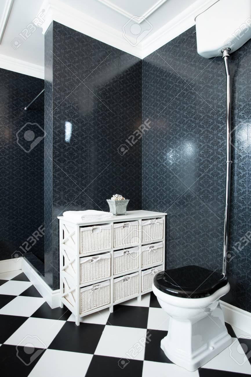 Interior Del Cuarto De Baño Blanco Y Negro, Vertical Fotos, Retratos ...