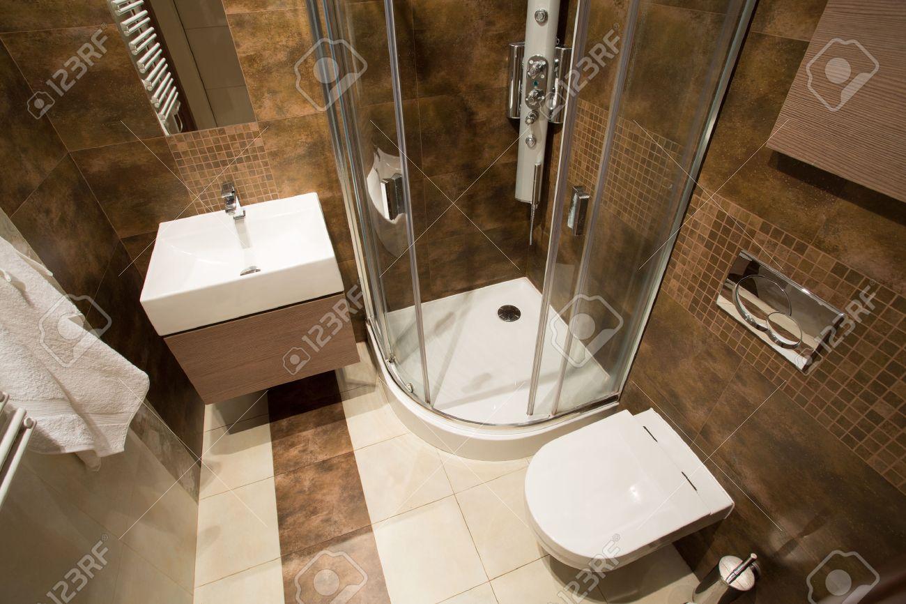 blick von der spitze des kleinen badezimmer mit braunen fliesen lizenzfreie bilder 38199719 - Kleine Braune Fliesen Bder