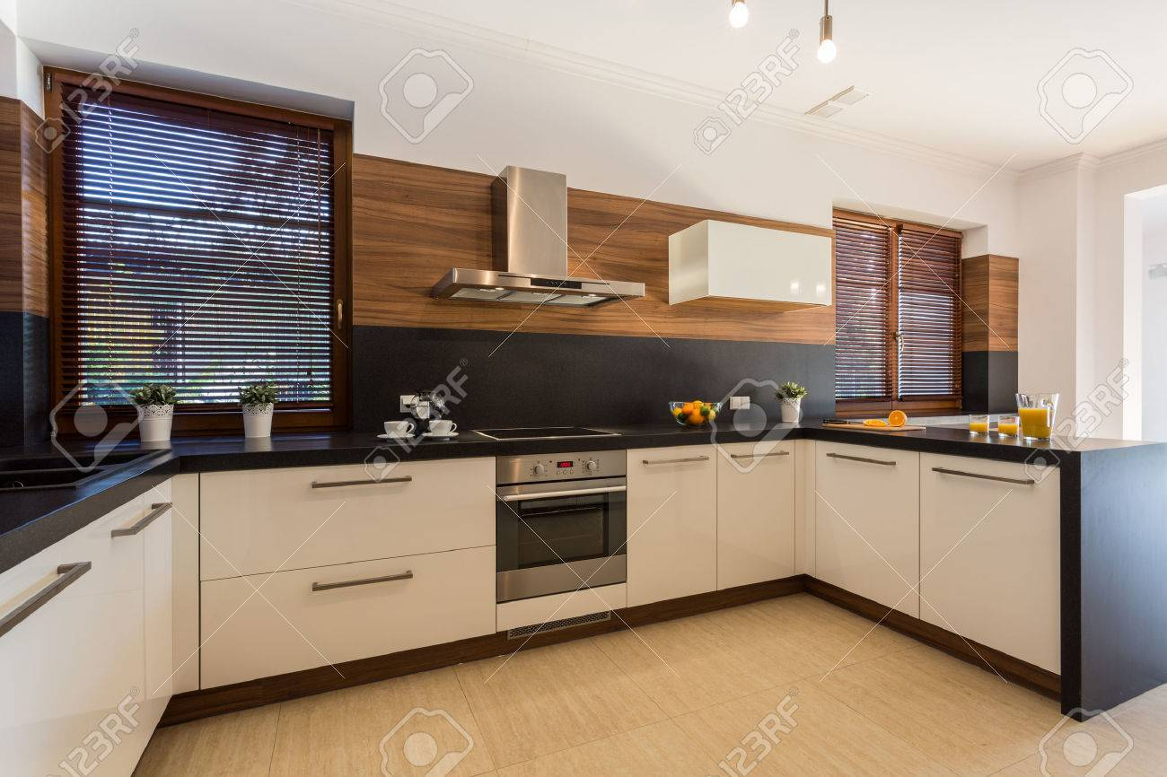 Afbeelding van nieuwe moderne keuken met houten vloer royalty ...