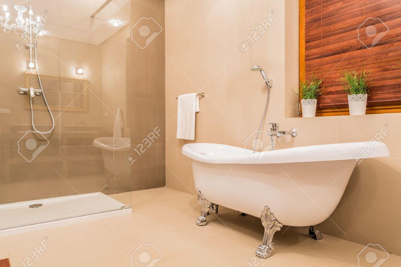 Modern design av nya badrum med duschkabin och porslin badkar ...