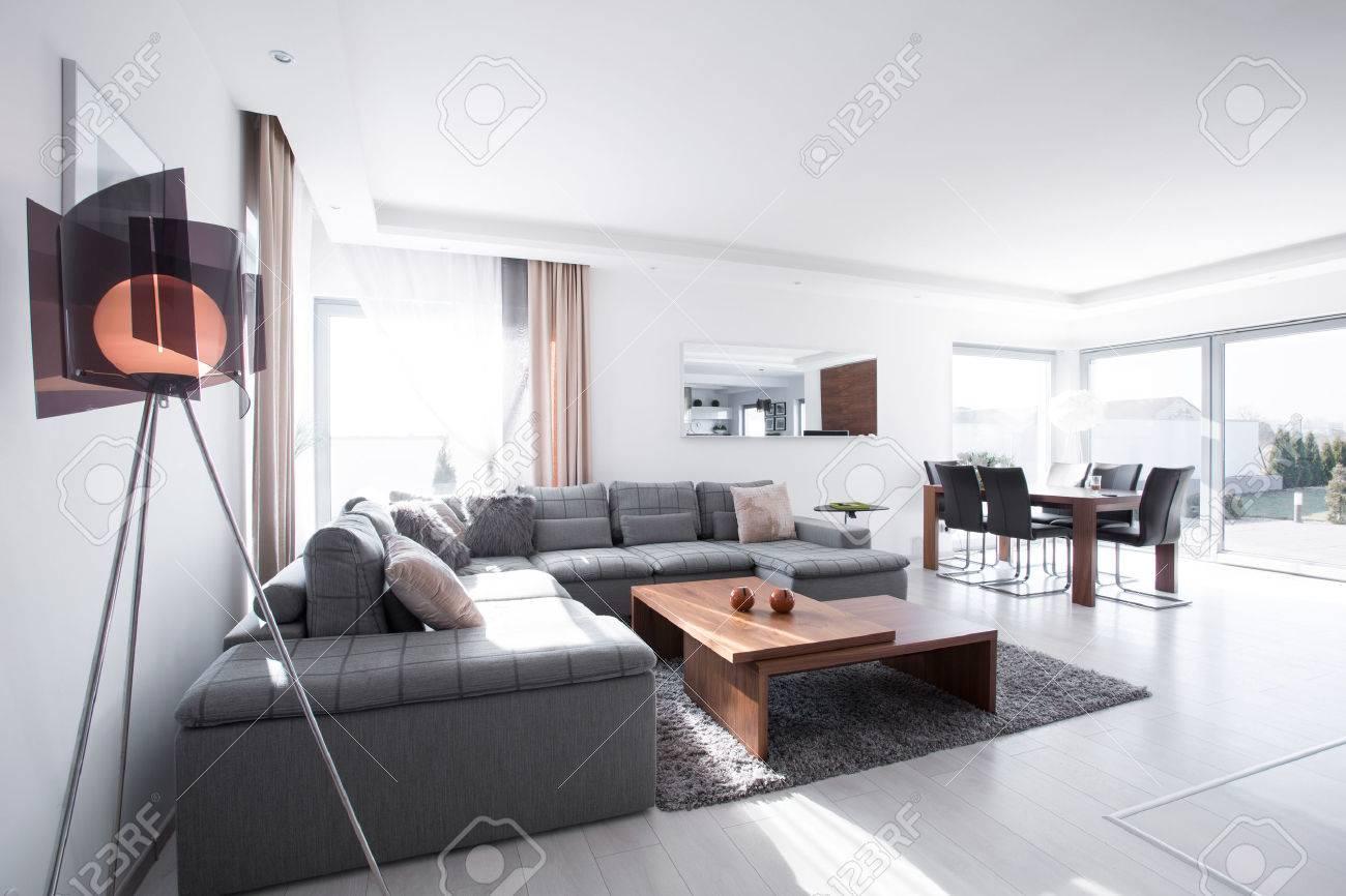 Salon contemporain avec du gris canapé d\'angle