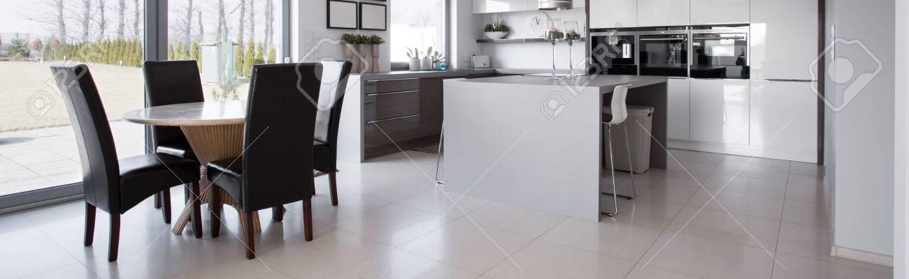 Table Ronde Conçu Dans La Cuisine Moderne - Panorama Banque D\'Images ...