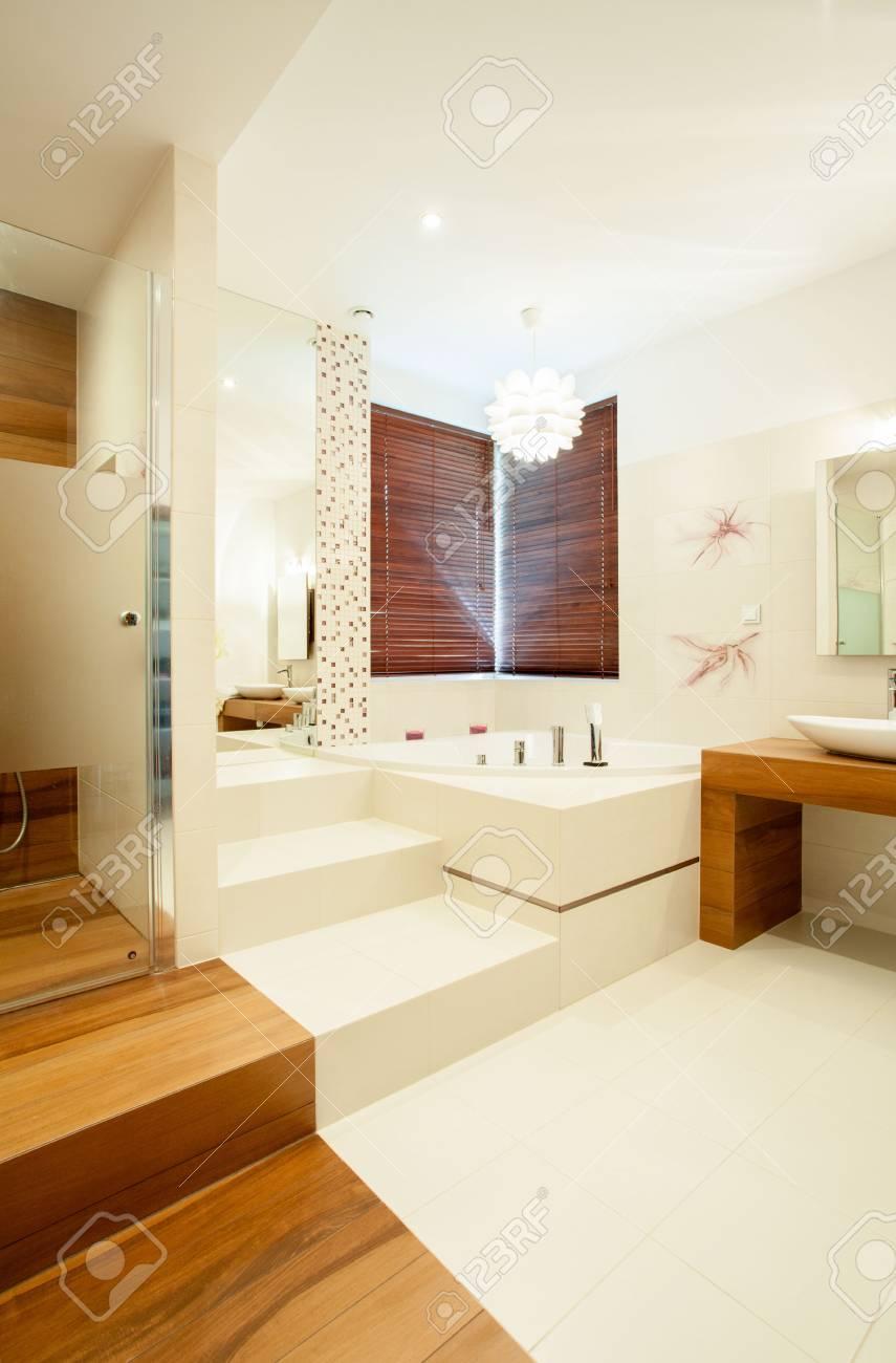 Salle De Bain Avec Bois vue verticale de salle de bain avec des éléments en bois