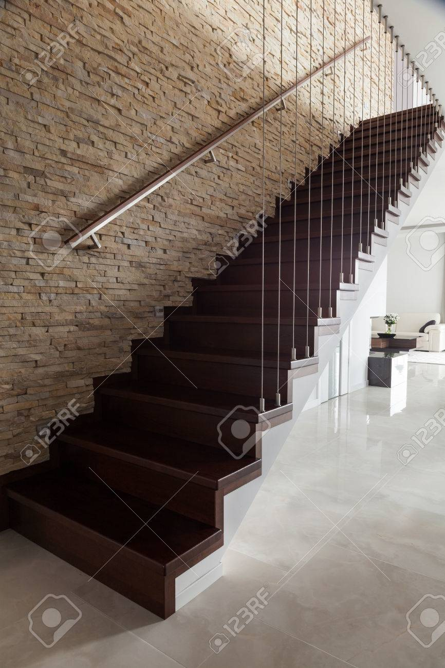 Bakstenen muur en houten trap in ontworpen interieur royalty vrije ...