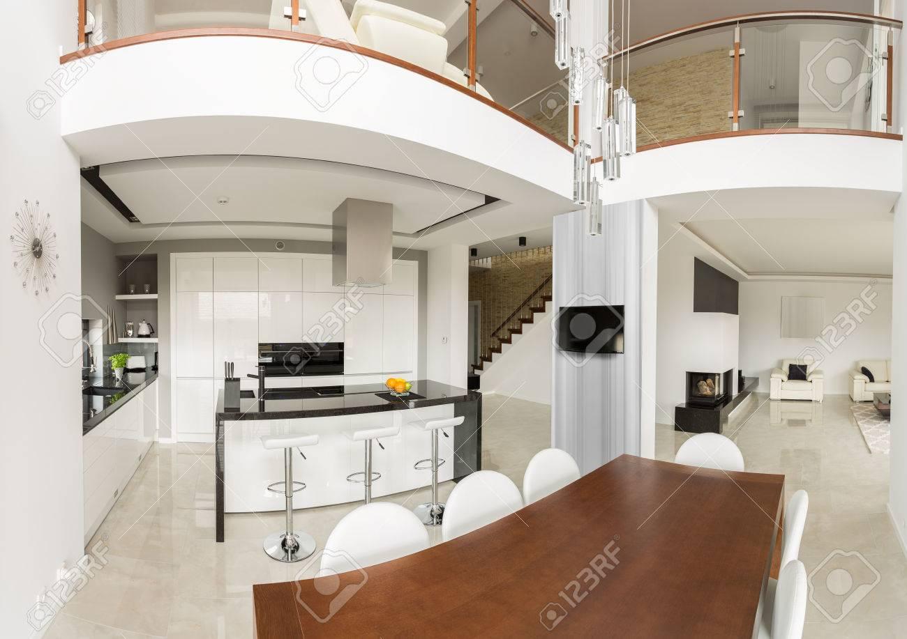 Intérieur spacieux maison individuelle dans le design contemporain
