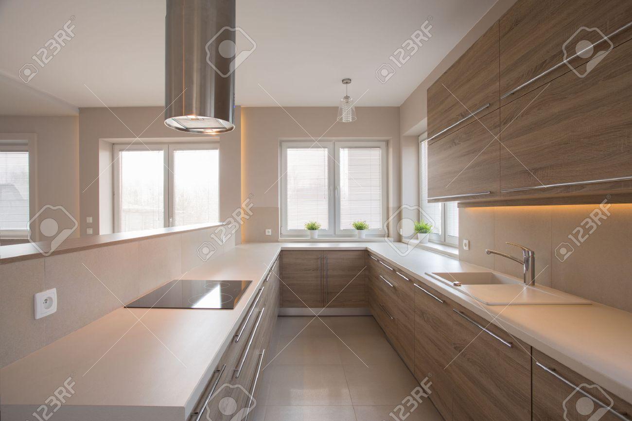 Holzschränke In Beige Küche Im Traditionellen Stil Lizenzfreie Fotos ...