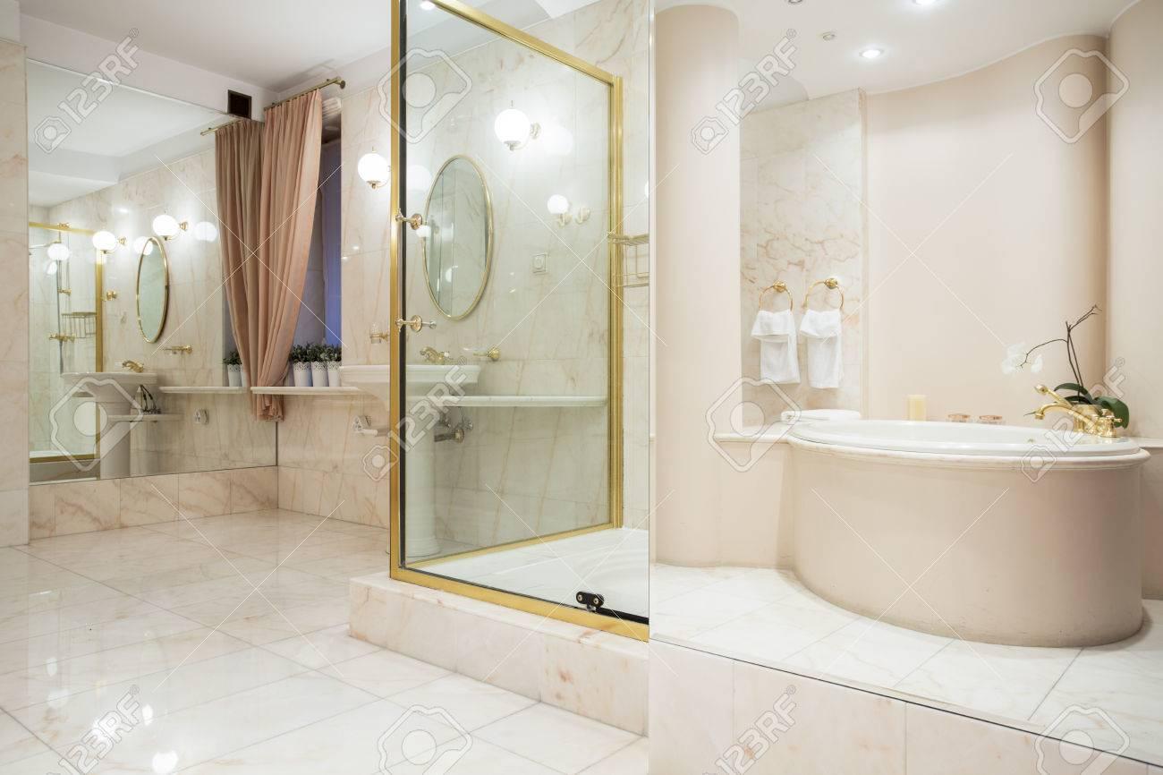 Dos grandes espejos en un enorme cuarto de baño de lujo