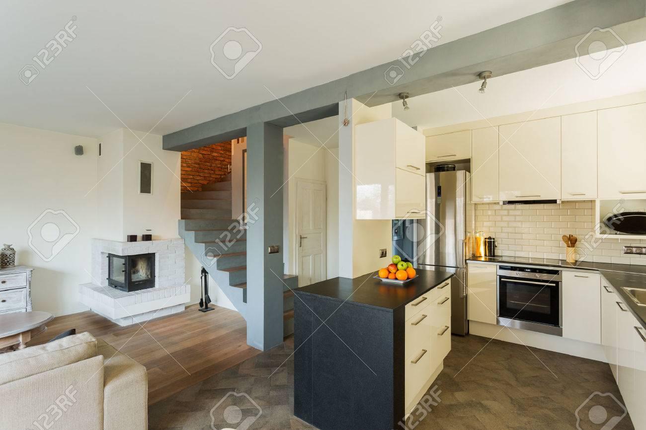Offene Küche Und Wohnzimmer In Luxus-Haus Lizenzfreie Fotos, Bilder ...
