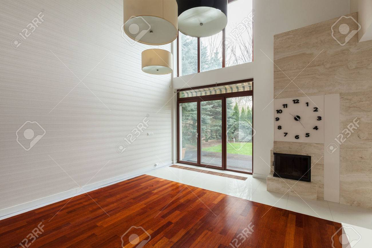 Weiße Leere Familienzimmer Mit Großem Fenster Im Wand Lizenzfreie ...