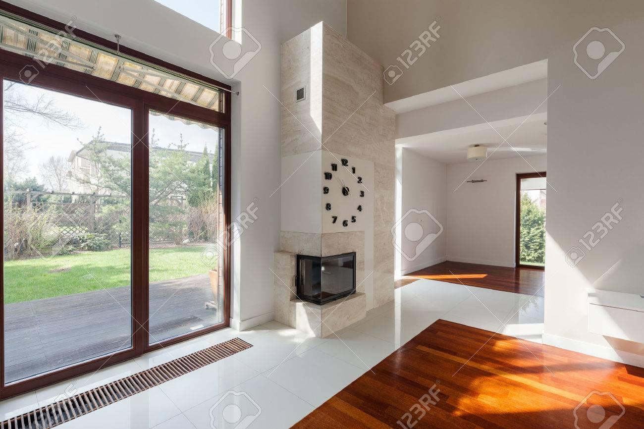 Moderne Wohnzimmer Mit Großen Fenster Mit Blick Auf Den Garten ...