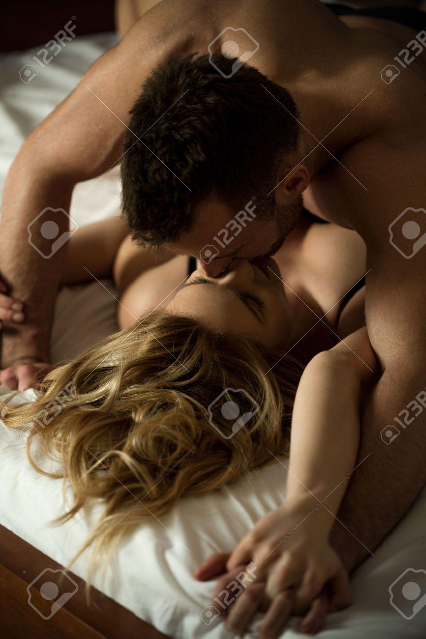 giovani amanti che hanno sesso caldo in camera da letto foto ... - Sesso In Camera Da Letto