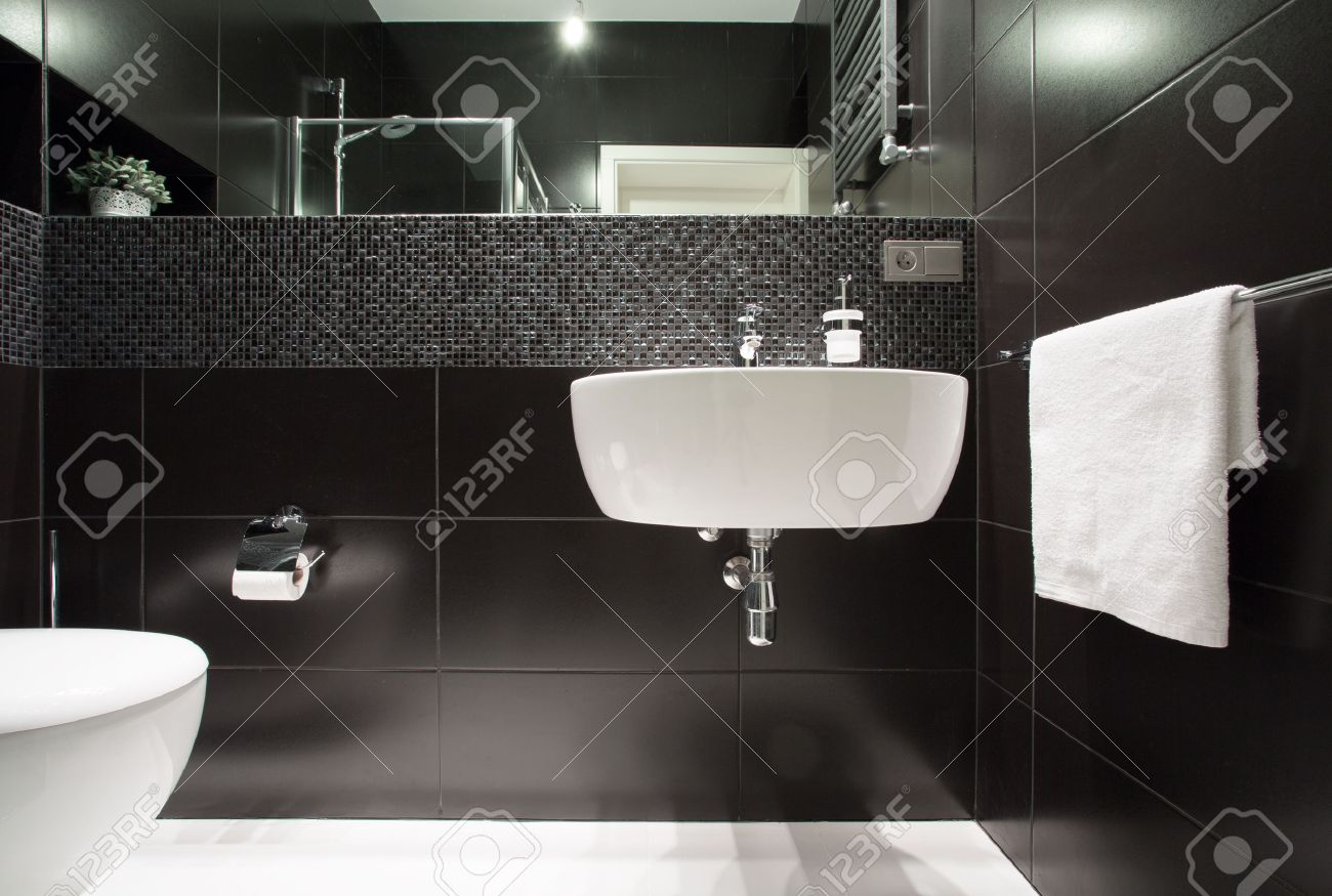 Lavabo blanco en el muro negro en el cuarto de baño moderno fotos ...