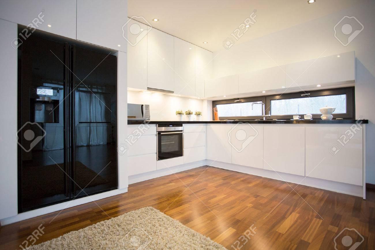 Foto Des Neuen Luxus Offene Küche Im Zeitgenössischen Wohnhaus ...