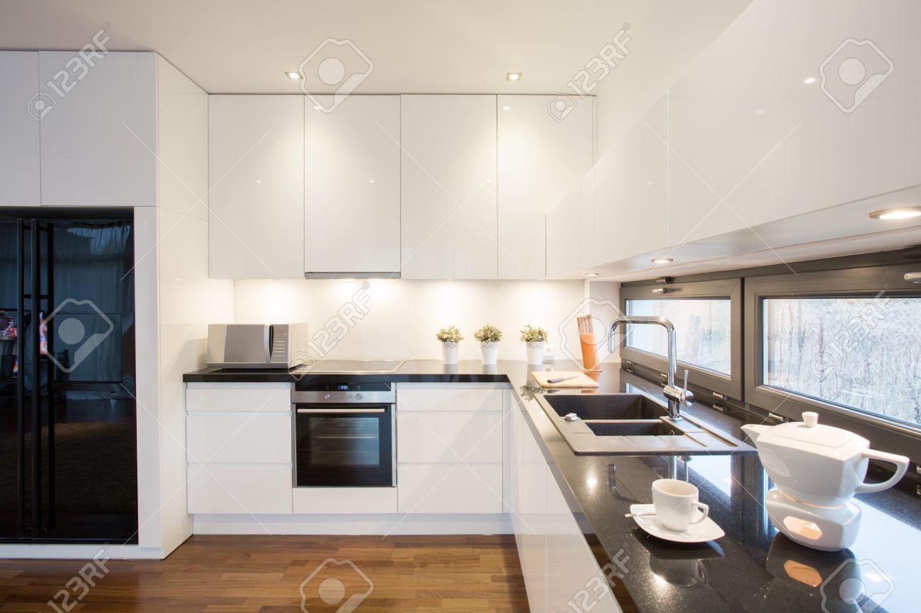 Cocina Moderna Diseñada Con Nevera Negro Y Unidades De Color Blanco ...