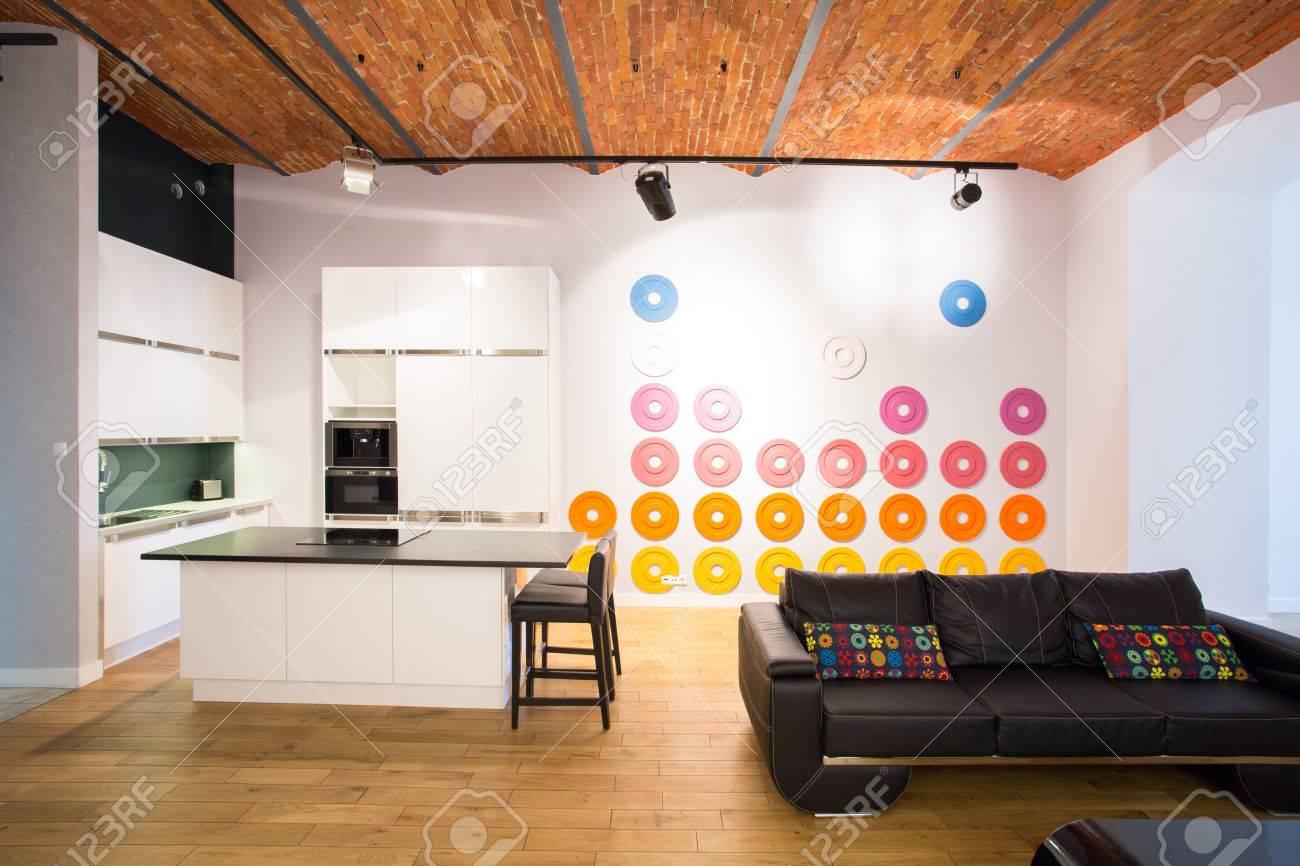Décoration de couleur sur le mur intérieur contemporain