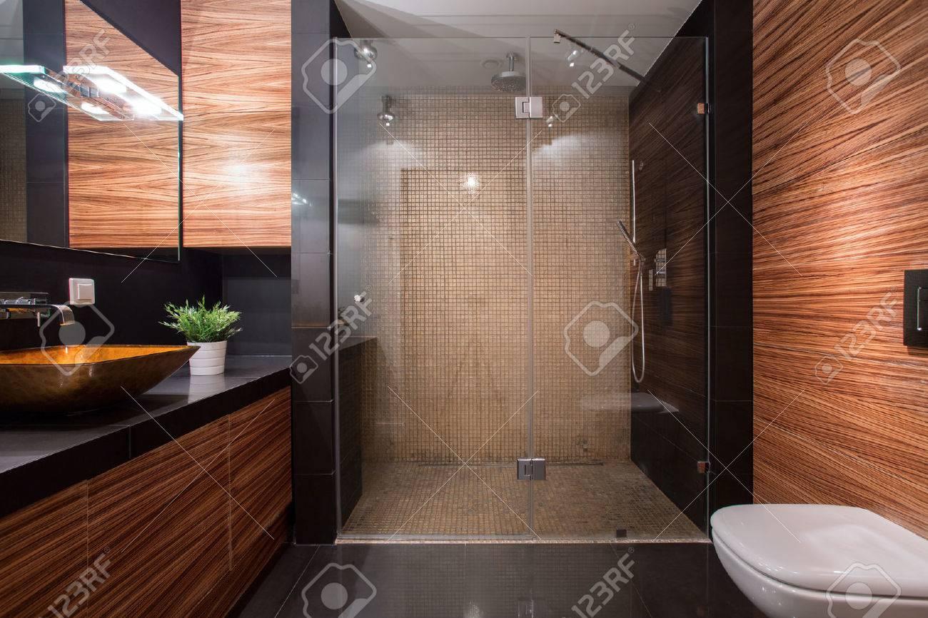 Bild Von Holz Details In Luxus-badezimmer Lizenzfreie Fotos ... Badezimmer Braun Luxus