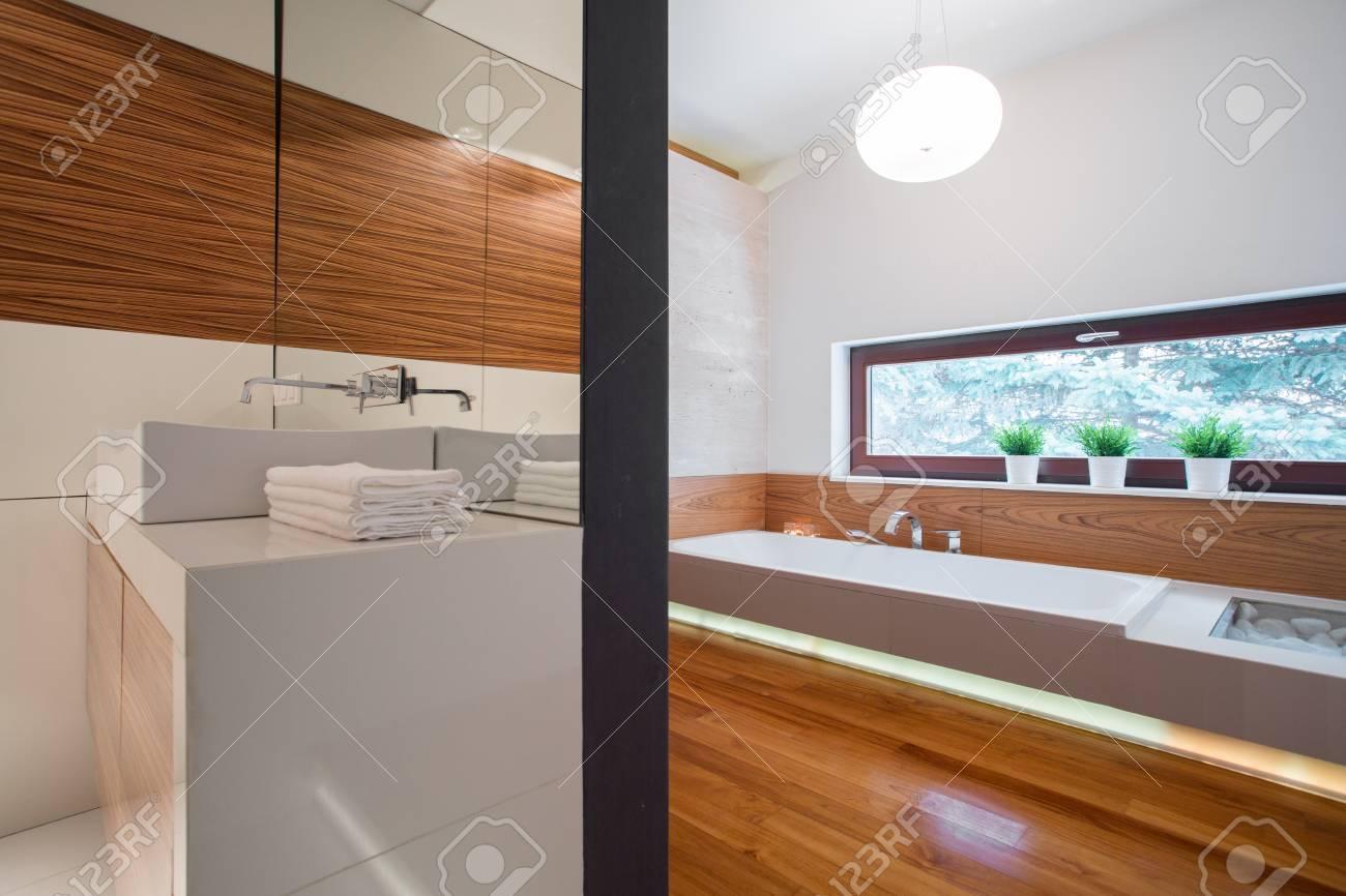 Elegantes Großes Badezimmer Innenraum Im Luxus Doppelhaushälfte  Standard Bild   39262318