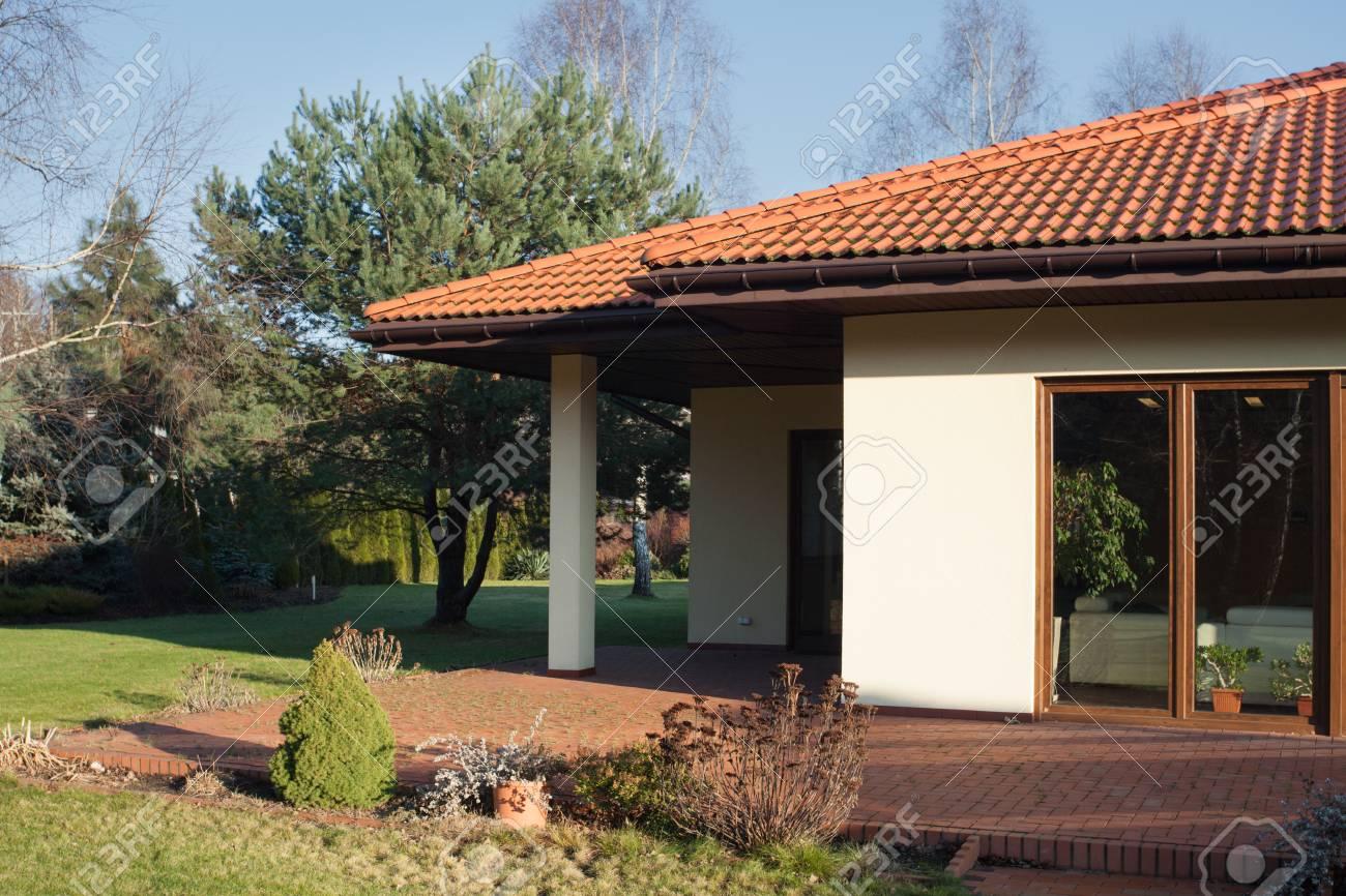 Ensoleillé terrasse de belle maison contemporaine