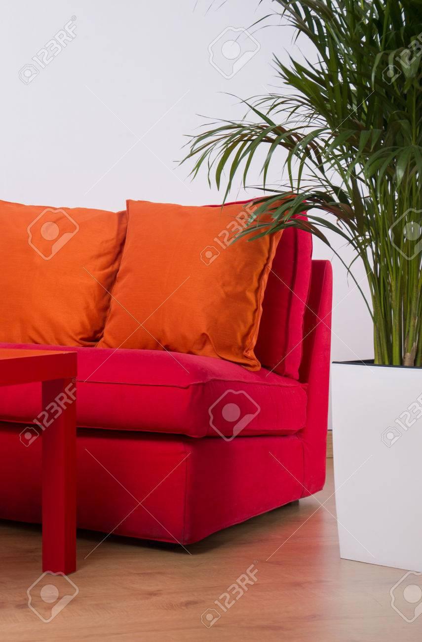 Canapé Rouge Avec Des Coussins Orange Dans L\'adolescence Chambre ...