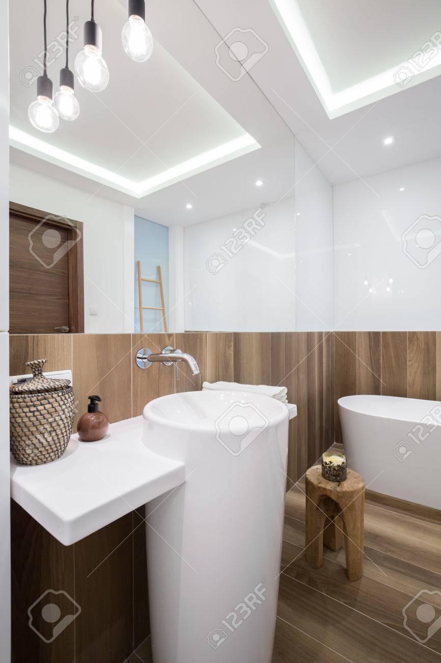 Interior del cuarto de baño de madera elegante en el diseño moderno