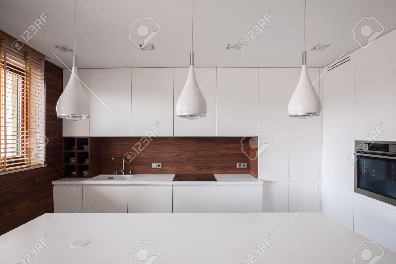 Schoonheid witte traditionele keuken met houten informatie royalty ...