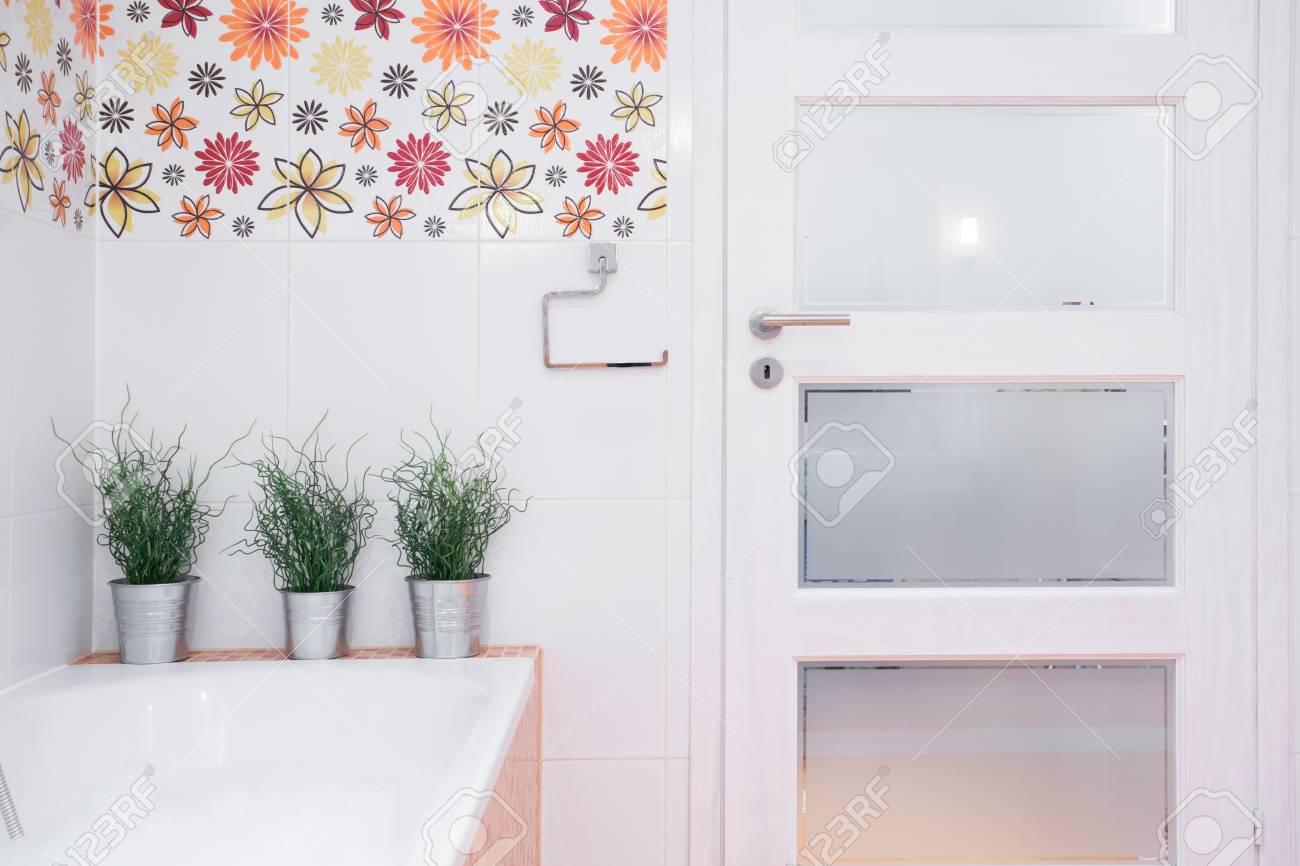 Porte D\'entrée à La Salle De Bains Moderne Blanc Avec Décor Floral ...