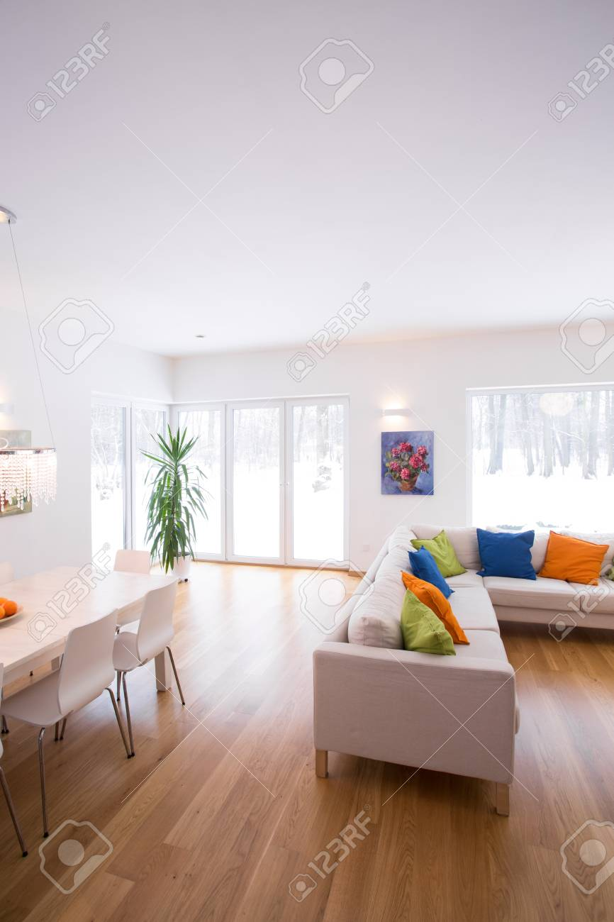 Moderne Einrichtung Von Großen Familienzimmer Mit Holzboden ...
