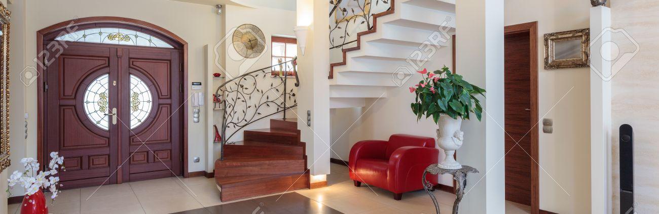 casa de clase de entrada sala de estar y escalera foto de archivo