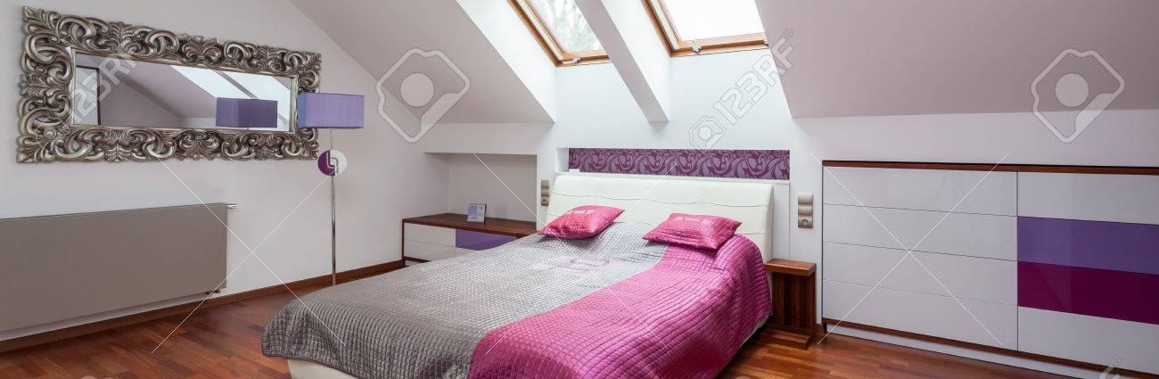 Modernes Schlafzimmer Im Dachgeschoss Des Zeitgenössischen Haus ...