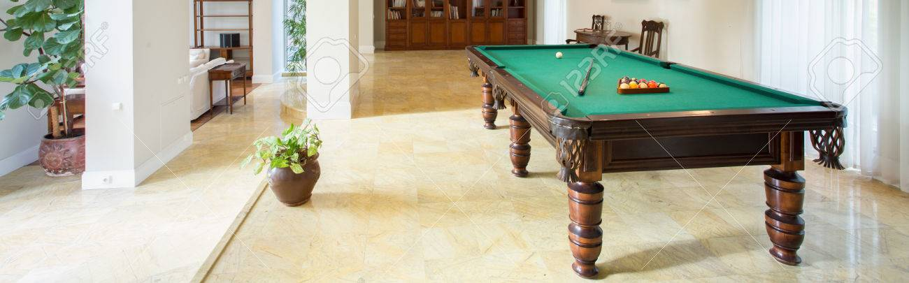 Billiard table in living room in luxury apartment, panorama Banque d'images - 39650421