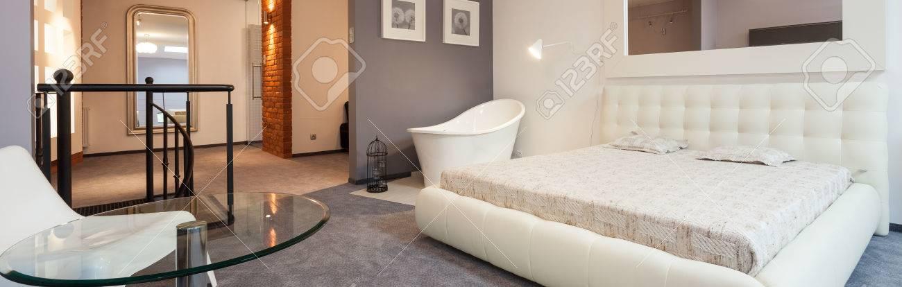 Bianco Camera Da Letto Moderna Con Specchio In Appartamento ...