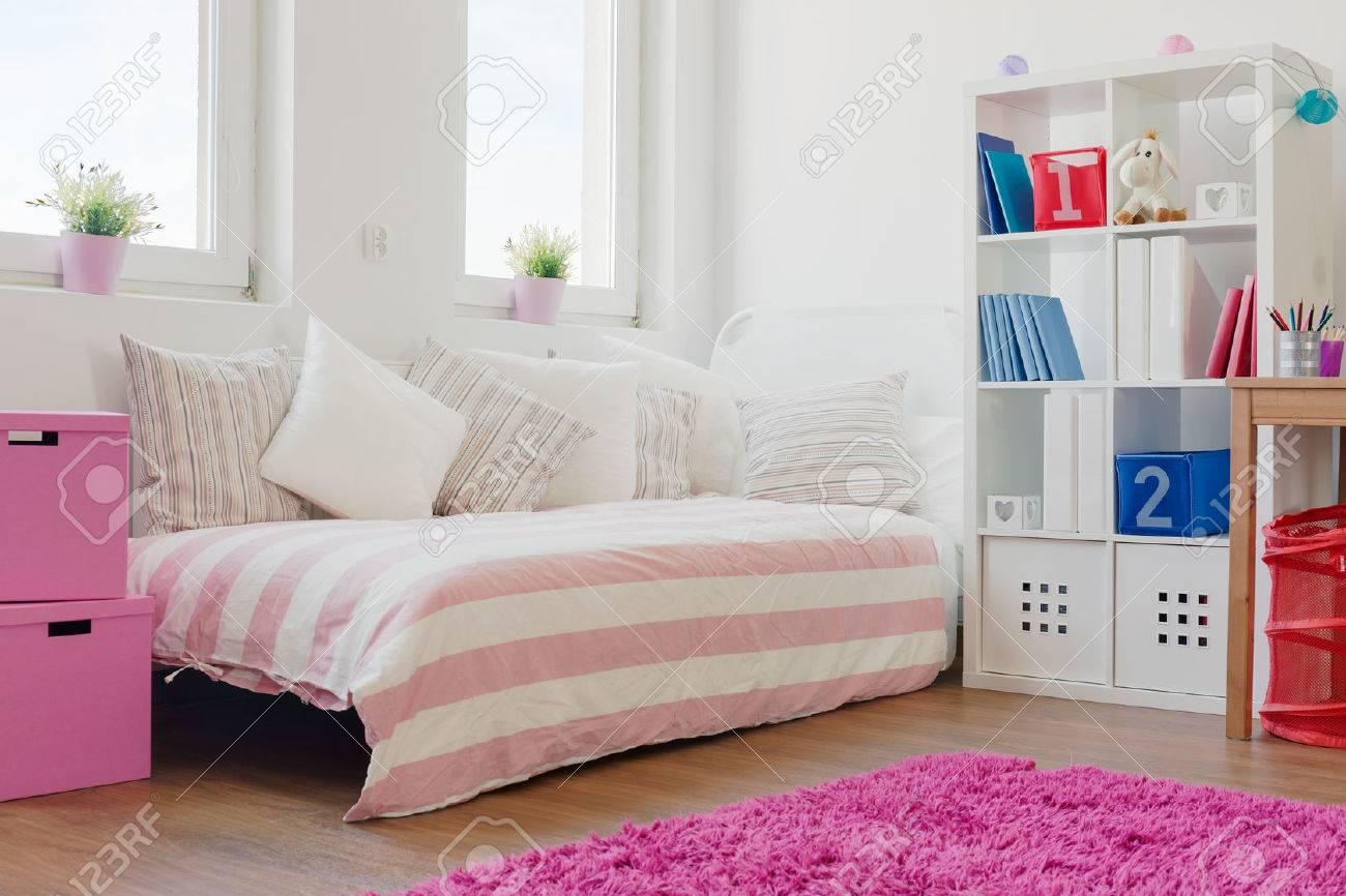Viele Kissen Auf Dem Bett Im Madchenzimmer Lizenzfreie Fotos Bilder