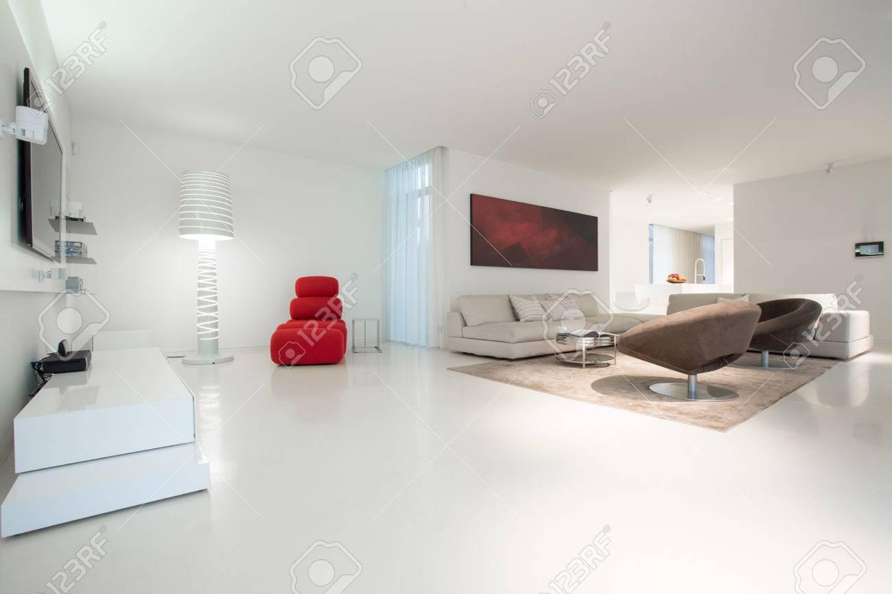 Légant salon énorme avec sol en marbre blanc