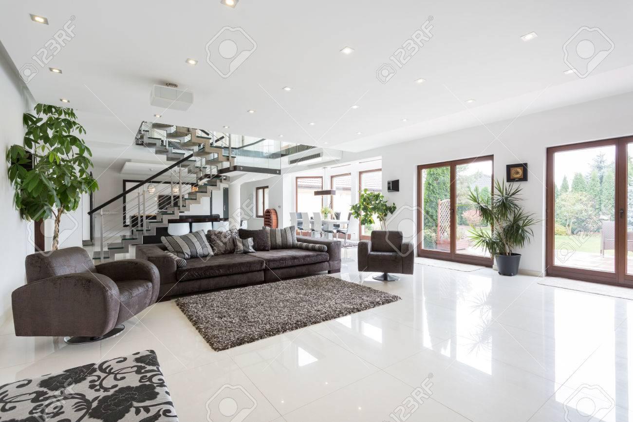 Grand Salon Avec Escalier En Residence