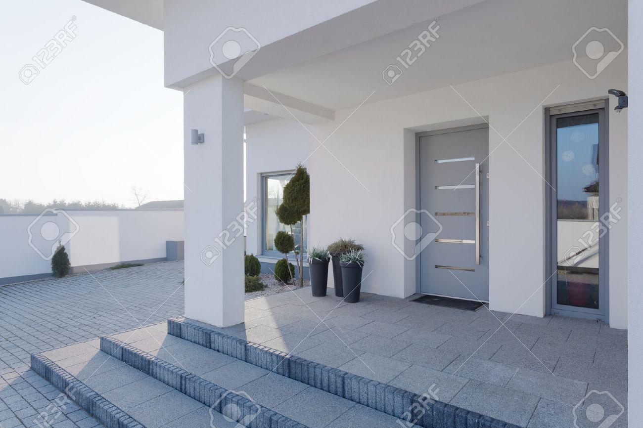Entree Moderne entrée moderne de la grande maison blanche banque d'images et photos