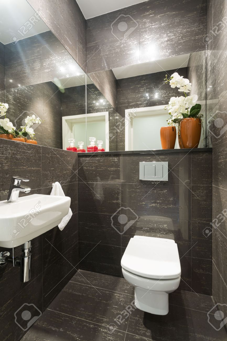 Toilette Blanc Et Gris photo de petite marbre gris toilettes avec des décorations florales