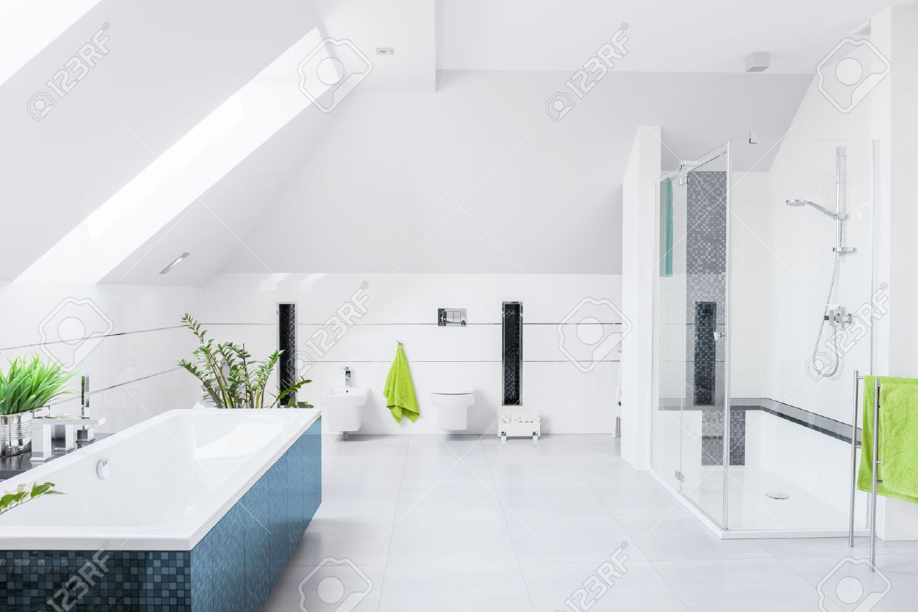 Exklusiv ljust badrum med vit marmor golv och lutande väggen ...